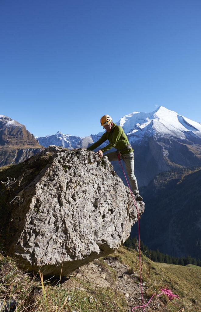 Ein relativ kleiner Felsblock wird zum alpinen Kletterstand, wenn der Ausblick richtig gewählt wird.