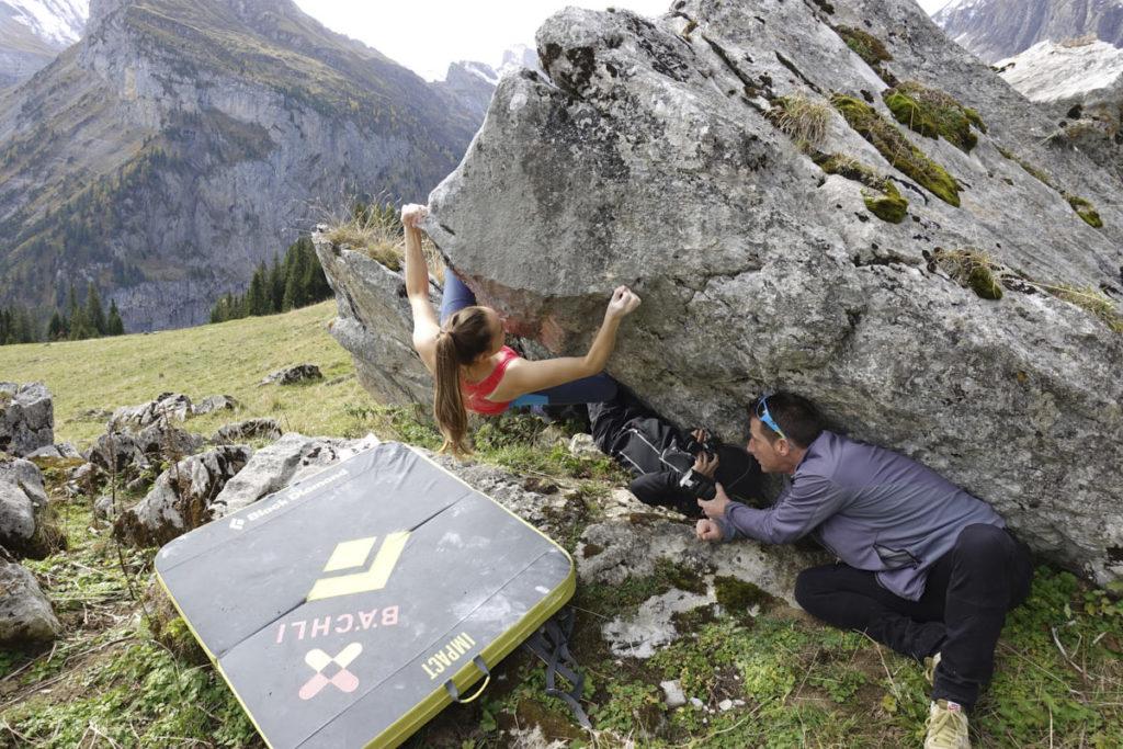 Bei Boulder-Aufnahmen findet man sich als Fotograf auch mal in sehr unbequemen Posen wieder.