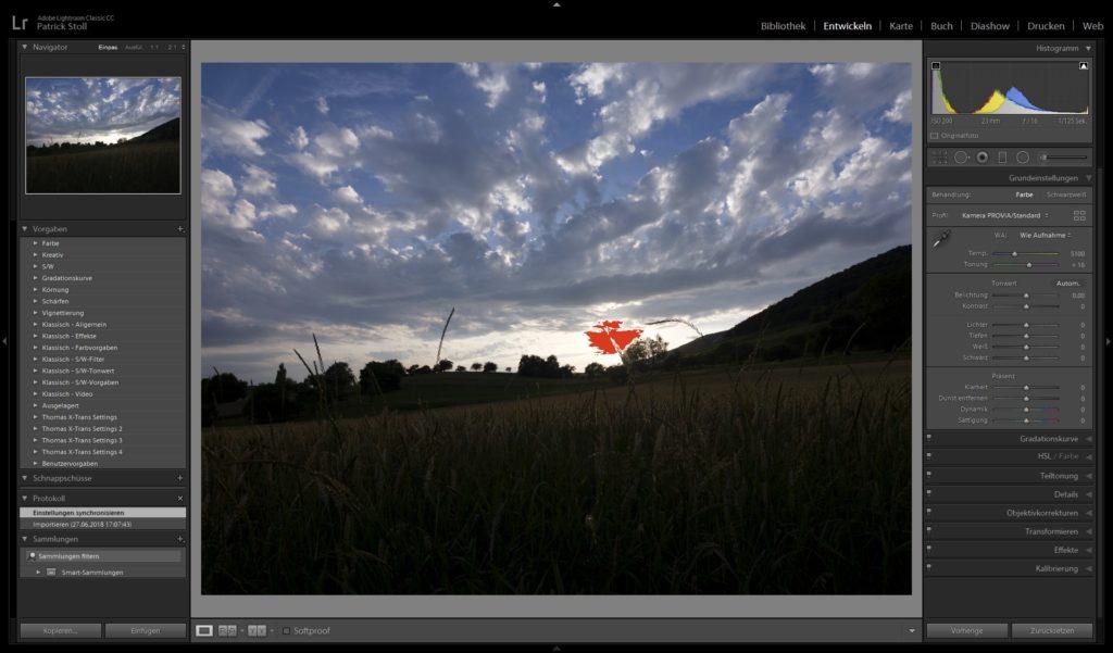 Dieses Bild habe ich auf die hellsten Stellen belichtet (roter Farbfleck). Damit gerieten natürlich das Feld und der Wald viel zu dunkel.