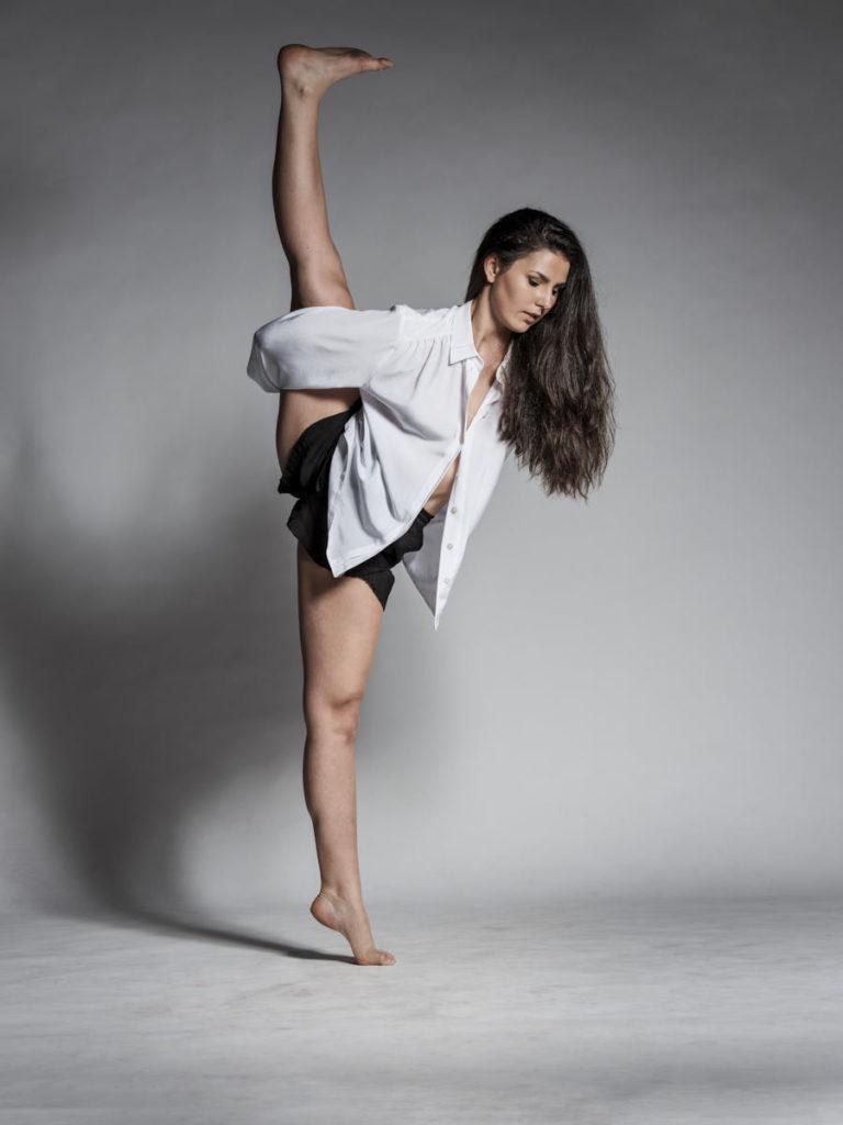 Die Profi-Tänzerin Maya Tray performt im Fotostudio vor der Kamera.