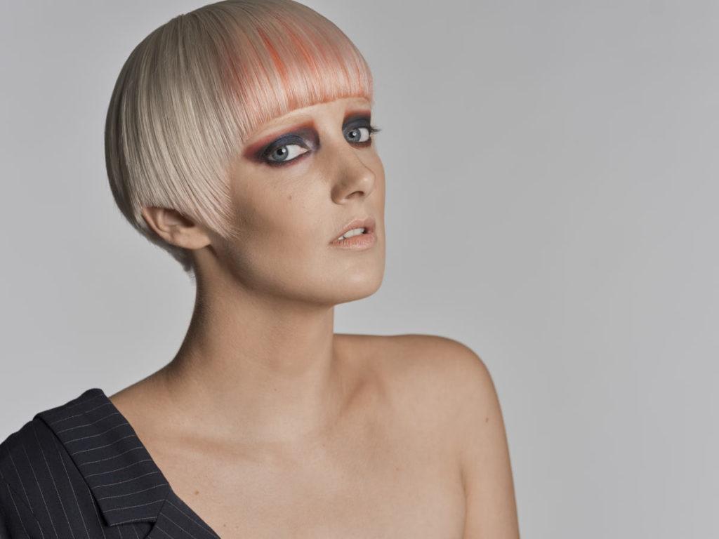 Carina Neumer zeigt sich während des Fashion-Shootings als androgyne Frau.