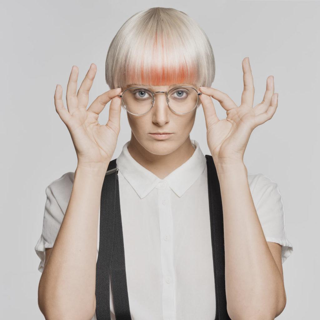 Die Brille ist mit Fensterglas ausgestattet: Carina Neumer während eines Fashion-Shootings.