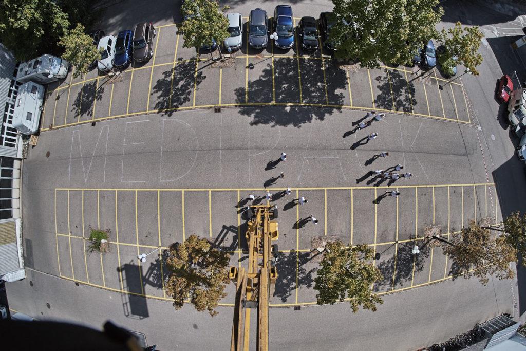 Die Belegschaft der Medipack AG stellt sich dem Fotografen zum Gruppenbild. Das Bild wird von der 18 Meter hohen Hebebühne aus mit dem Fischauge aufgenommen.