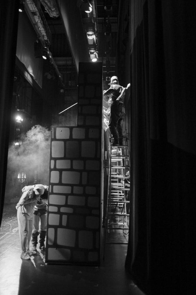"""Während des Stückes """"Der kleine Ritter Trenk"""", aufgeführt von der kleinen bühne schaffhausen, läuft einiges hinter der Bühne."""