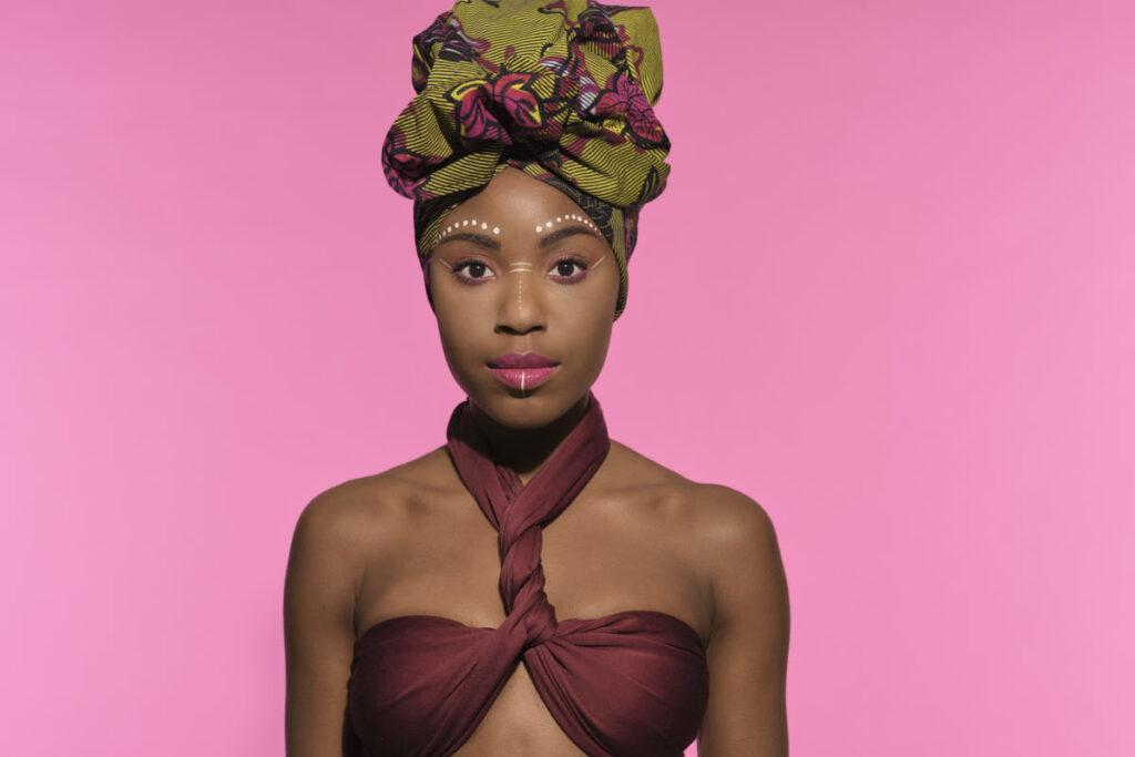 Farbiges Portrait mit einem Touch Afrika von Teresa Felix (Agenturmodel bei fotogen.ch).