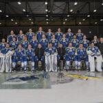 Drei Blitze mit Durchleuchtschirmen erhellen die gesamte erste Mannschaft des EHC Schaffhausen.