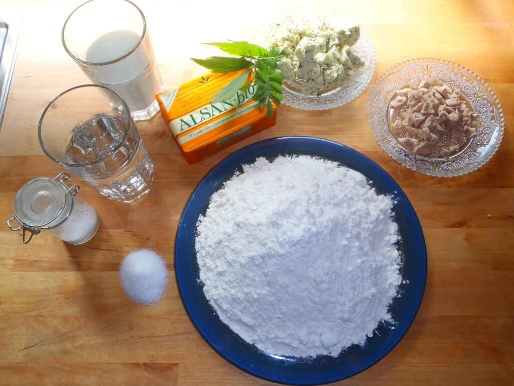 Zutaten für veganes Kräuterbrot oder Kräuterschnecken.